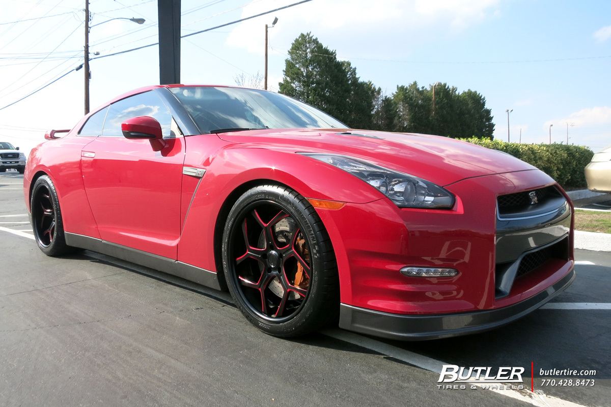 Nissan GTR with 20in Savini SV53 Wheels